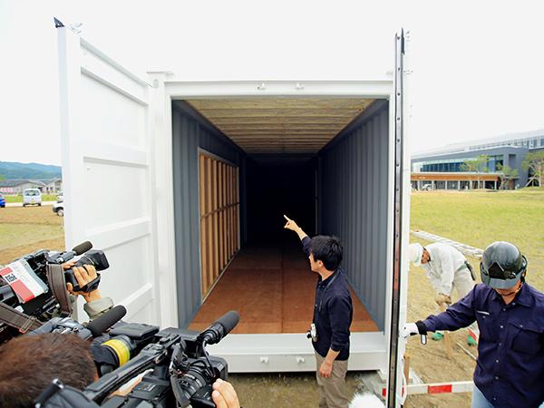 1号コンテナ搬入時には多くの報道陣がフルサットを訪れた(2015年夏)
