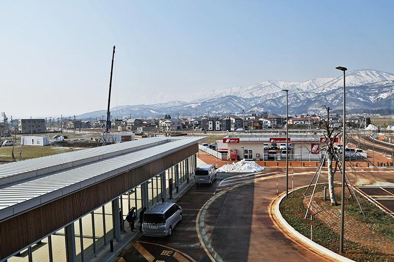 上越妙高駅西口 新幹線開業から1年を経過するも手つかずの場所が目立つ 左奥にオープン前の白いコンテナが見える(2016年3月)